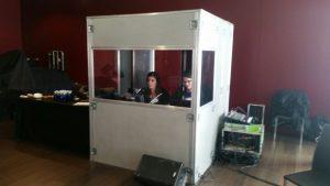 Alquiler de cabinas de traducción simultánea, equipo de traducción Sennheiser infoport tour guide, streaming por Facebook